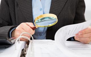 Profissional checando relatório
